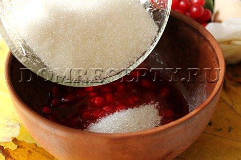 Шаг 4 - Перетираем калину с сахаром