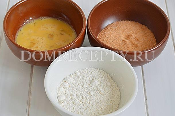 Подготавливаем муку, панировку и яйцо для кляра