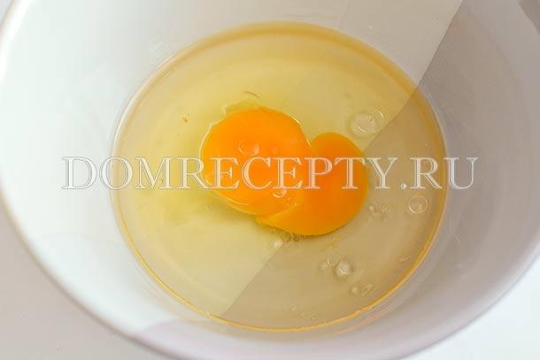 Смешиваем яйцо с растительным маслом