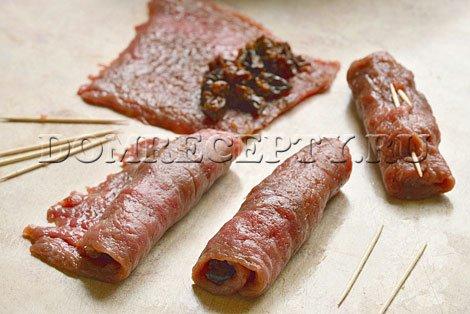 Сворачиваем мясные рулетики с черносливом