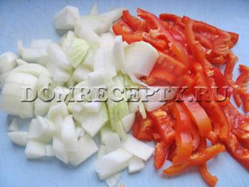Нарезаем лук и перец