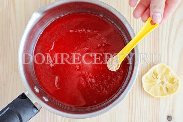 Добавляем корицу и лимонный сок