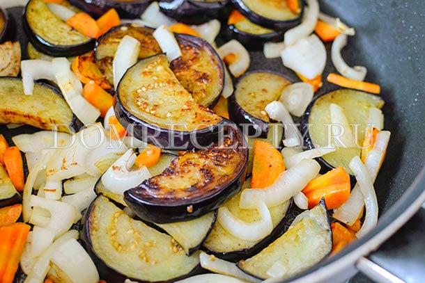 Отправляем лук и морковь в сковороду
