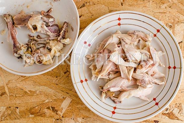 Разделяем куриное мясо на кусочки