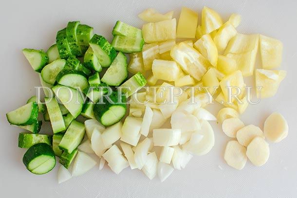 Нарезаем огурцы, перец, чеснок и лук