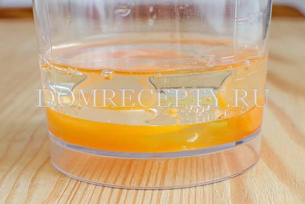 Смешиваем яйцо и растительное масло