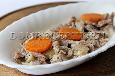 Кусочки мяса раскладываем по тарелкам