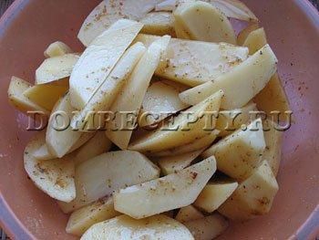 Шаг 5 - Добавляем к картофелю масло, даем пропитаться