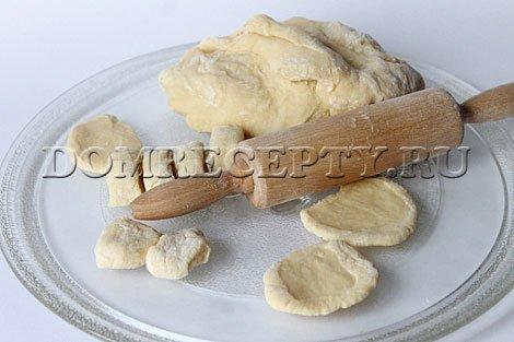 Шаг 5 - Раскатываем заготовки для вареников