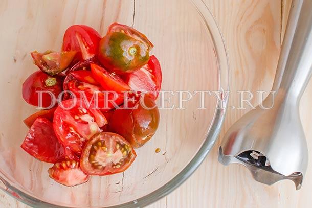 Измельчаем блендером помидоры
