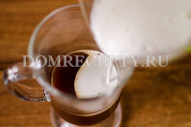 Добавляем молоко с пеной к кофе