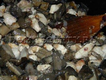 Выкладываем грибы на сковороду, солим