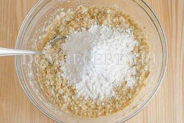 Перемешиваем, добавляем муку с разрыхлителем и солью