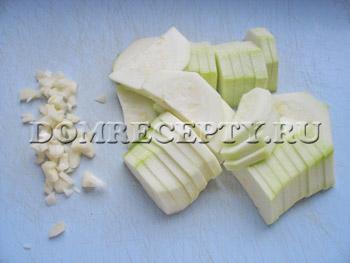Нарезаем кабачок и чеснок