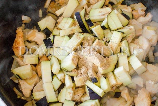 Добавляем баклажан и грибную пудру к курице