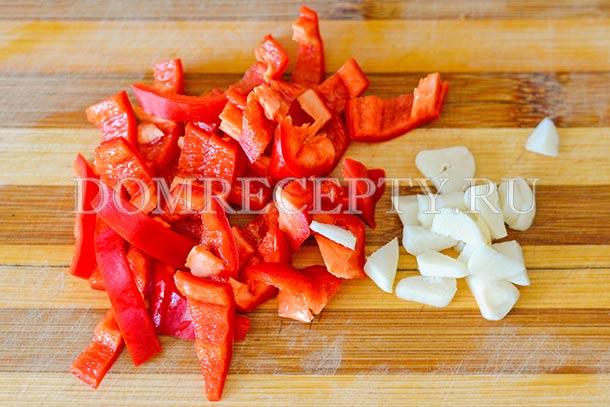 Нарезаем перец и чеснок
