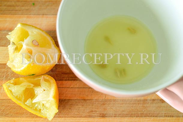 Выжимаем сок из половины лимона