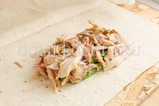 Выкладываем куриное мясо на фасоль