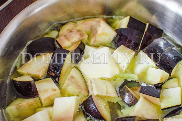 Выкладываем баклажан и сливочное масло в кастрюлю