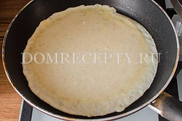 Распределяем тесто для блинов по сковороде