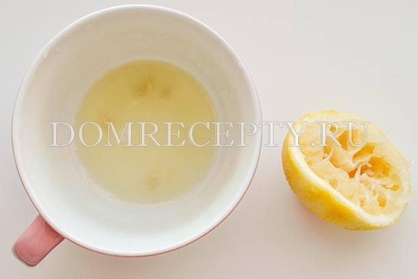 Снимаем с лимона цедру, выжимаем сок