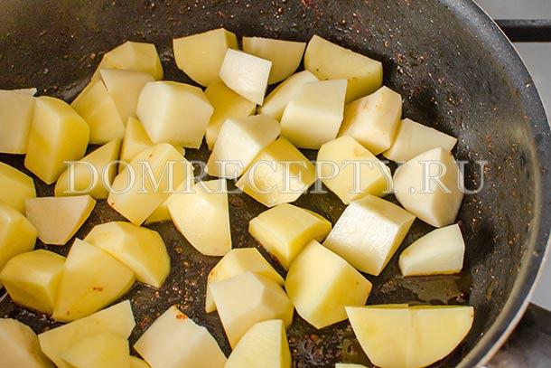 Убираем куриное мясо со сковороды, добавляем картофель
