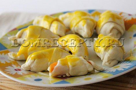 Шаг 6 - Растираем желток и смазываем им круассаны
