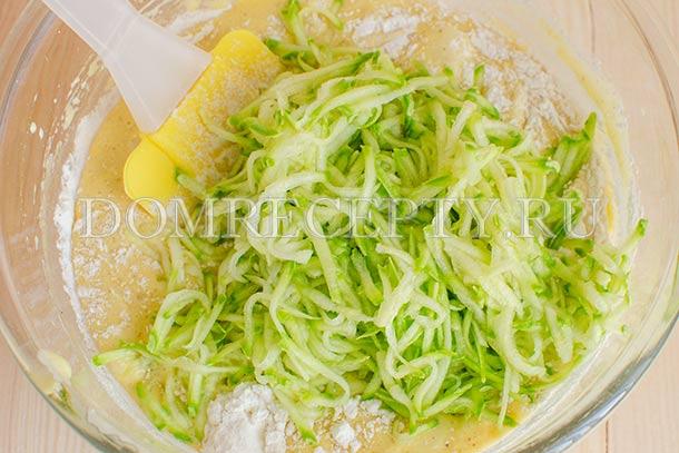 Вмешиваем натертый кабачок в тесто