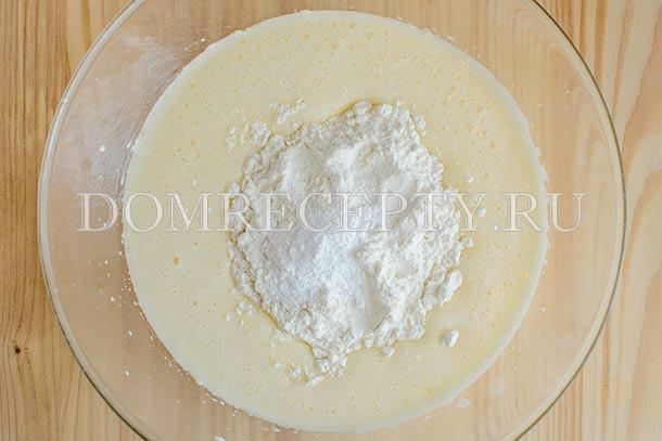 Добавляем муку с разрыхлителем и солью