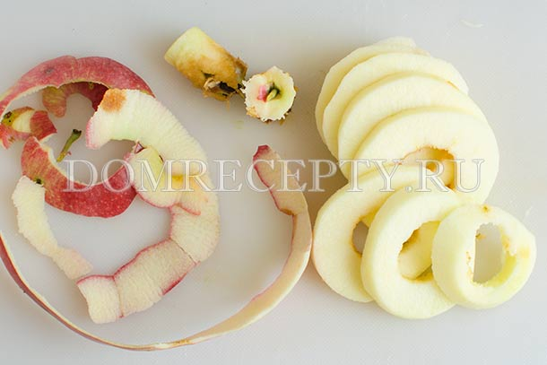 Яблоки чистим, нарезаем кружочками
