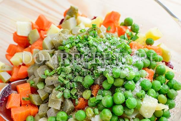 Добавляем соль, перец и зеленый лук