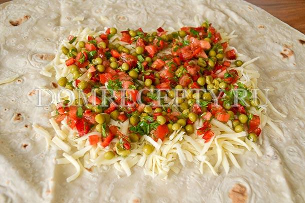 Выкладываем овощную начинку