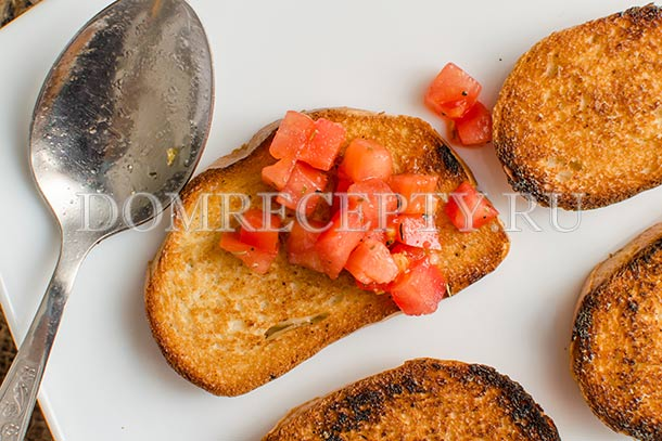 Выкладываем начинку на хлеб