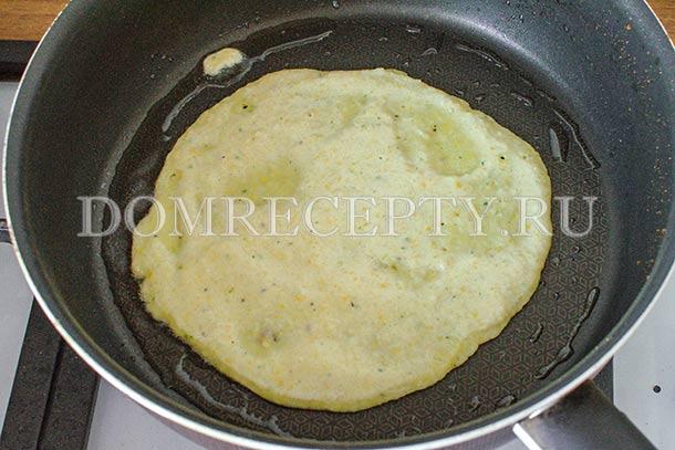 Выливаем тесто на раскаленную сковороду