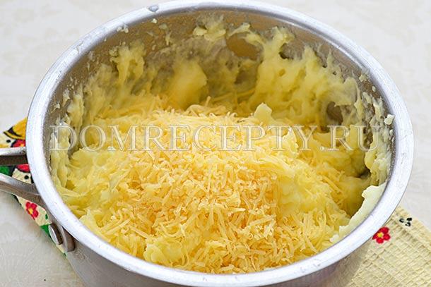 Добавляем в пюре мелко натертый сыр