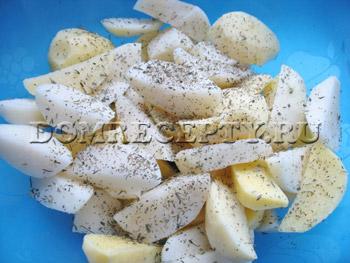 Добавляем к картофелю пряные травы и соль