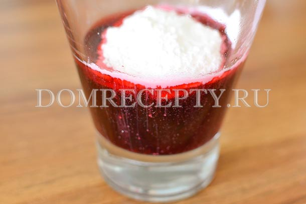 В оставшийся вишневый сок добавляем крахмал