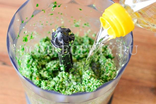 Понемногу добавляем растительное масло