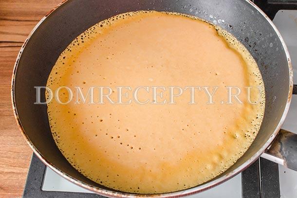 Выливаем тесто на сковороду