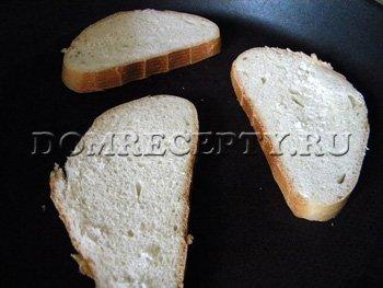 Обжариваем белый хлеб