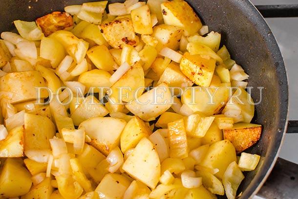 Добавляем перец и лук, обжариваем до румяного цвета картофеля