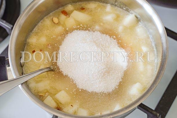 Добавляем сахарную смесь в варенье