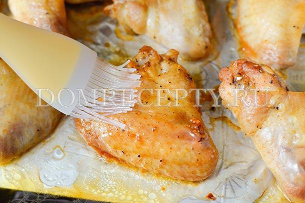 Смазываем крылышки медово-соевым соусом