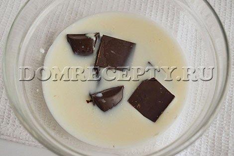Заливаем кусочки шоколада молоком