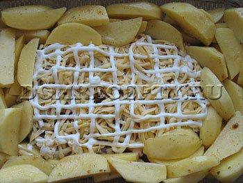 Шаг 8 - Выкладываем картофель вокруг мяса