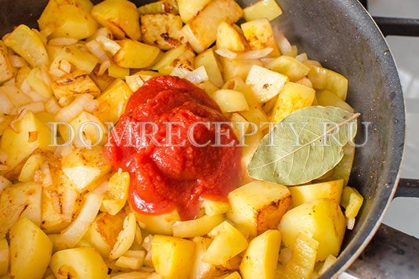 Добавляем лавровый лист и томатную пасту