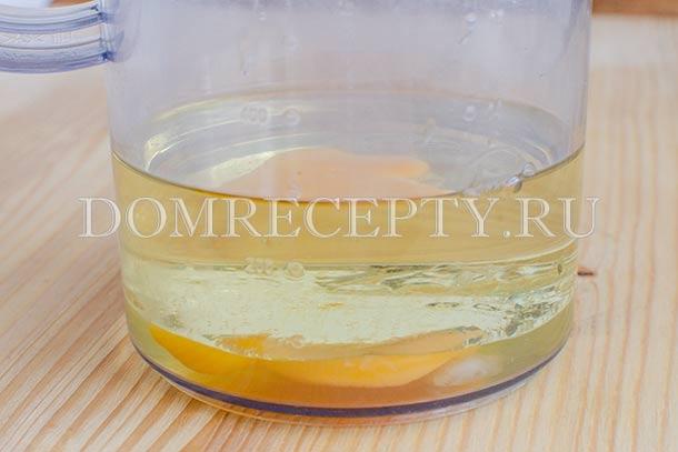 Отправляем в блендер яйцо и растительное масло