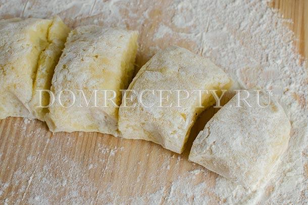Замешиваем тесто, нарезаем на части