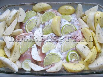 Выкладываем картофель к бедрышкам