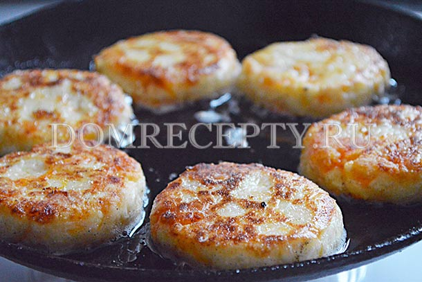 Обжариваем сырники с тыквой на сковороде